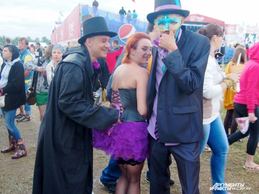 ...карнавальными нарядами...
