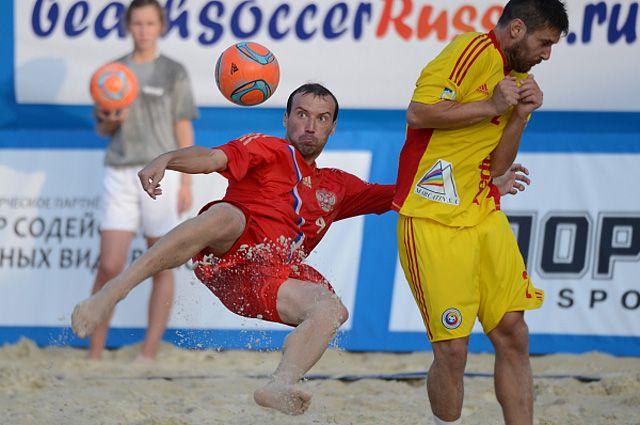 Игрок сборной России по пляжному футболу Егор Шайков. 2013 год.