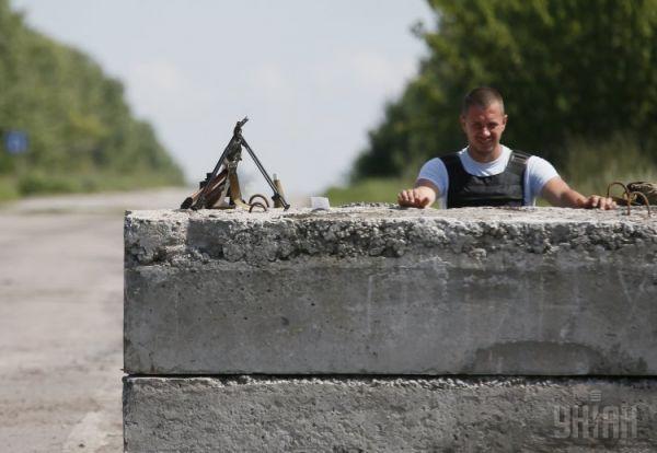 Бетонный блокпост на одной из дорог в Донецкой области