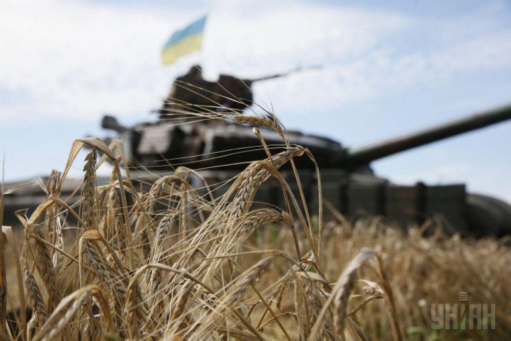 Украинский танк с национальным флагом