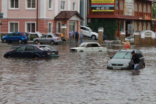 Проливные дожди в Кургане парализовали движение в центре города