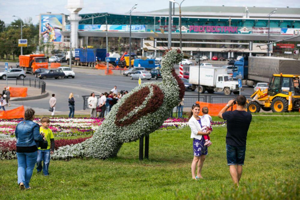 Жители Казани и туристы столицы РТ с радостью фотографируются около этой большой птицы
