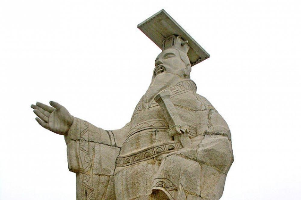 Император Цинь Шихуанди остался в истории как человек, сумевший объединить разрозненные земли Китая. Именно он достроил Великую китайскую стену, соединив уже существовавшие оборонительные сооружения.