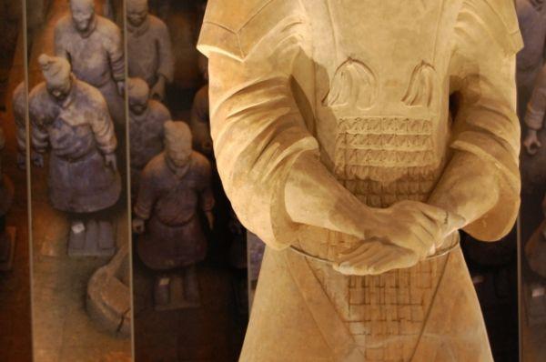 Как только статую откапывали, то по прошествии пяти минут краски исчезали. Только со временем ученые смогли создать специальные условия обработки и хранения фигурок, при которых краски не теряли цвет.