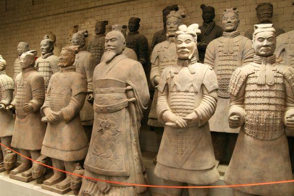 Огромное количество драгоценностей, более чем 8 тысяч скульптур пехотинцев, всадников, лучников, акробатов, музыкантов и 48 живых наложниц императора были погребены вместе с ним.