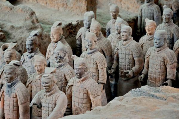Создание глиняного войска, обреченного на погребение вместо живых людей – прогрессивный шаг в мышлении древнего человека. Более чем 700 тысяч рабочих и ремесленников  трудились.  Строительство началось в 247 году до н.э.