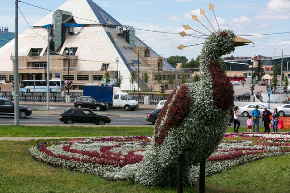 У стен Казанского Кремля на площади Тысячелетия расцвела трехметровая «Жар-птица»