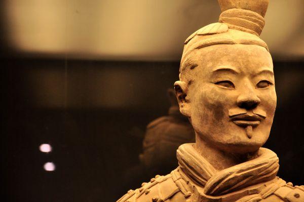 Среди фигур воинов нет полностью идентичных друг другу. Каждая из них – с индивидуальными, уникальными чертами, потому что все скульптуры – копии портретов реальных людей. Единственное отличие от реальности – рост. Все воины высотой от 190 до 195 см.