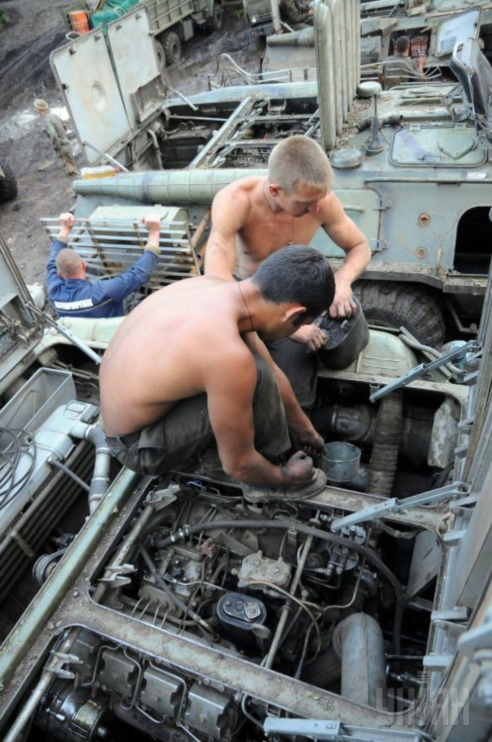 Украинские военные ремонтируют бронетранспортер