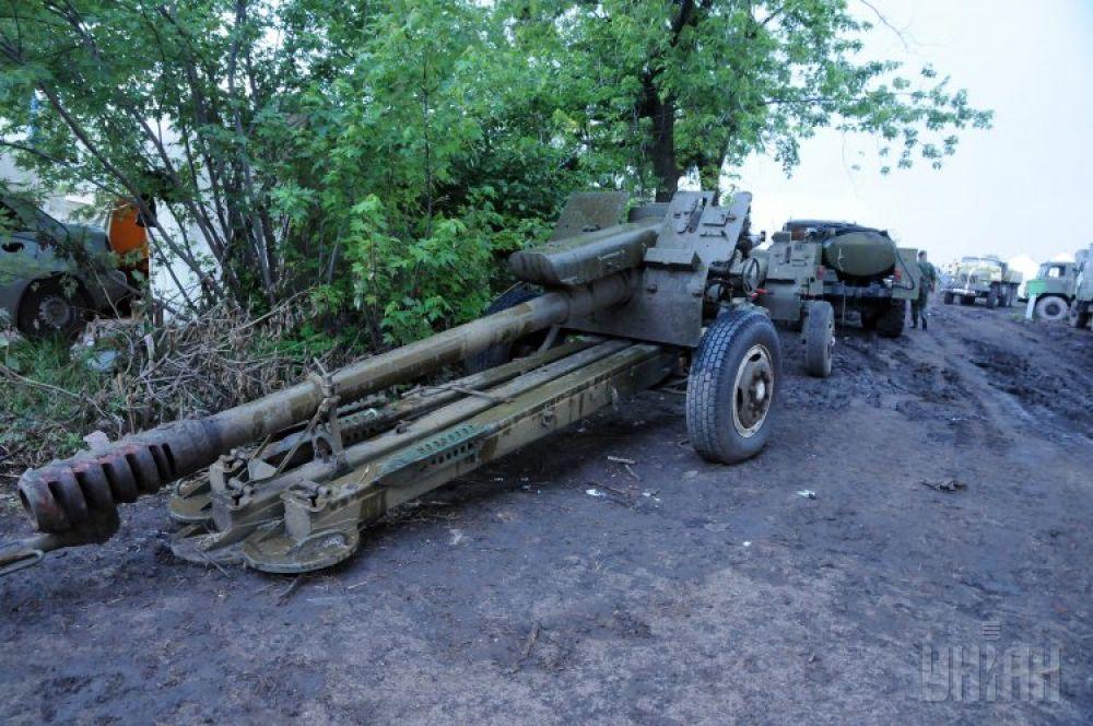 Гаубица на территории ремонтной бригады в Харьковской области