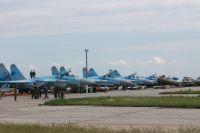 Боевые самолеты на военном аэродроме