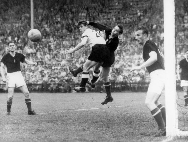 Германия – Венгрия: 3:2. 1954 год. Стадион Ванкдорф Швейцария, Берн. Венгерская «Золотая команда» во главе с Пушкашом и Кочишем была абсолютным фаворитом турнира. Команда не знала поражений на протяжении 32-х матчей.  Сначала сборная ФРГ уступала по ходу матча (0:2), но потом немцам не только удалось выровнять счет, но и обойти команду соперника. Фрица Вальтера, капитана сборной ФРГ, в Германии до сих пор считают самым великим немецким футболистом.