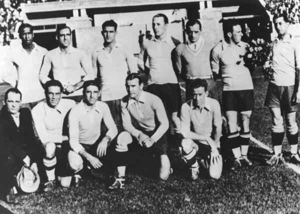 Уругвай – Аргентина: 4:2. 1930 год. Cтадион Сентенарио, Уругвай, Монтевидео. На матче присутствовало 93 000 зрителей. В начале матча произошла заминка: не могли решить, каким мячом играть - аргентинским или уругвайским. Бельгийский арбитр Лангенус принял мудрое решение: в первом тайме использовать аргентинский мяч, а во втором — уругвайский.