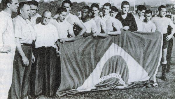 Бразилия - Уругвай: 1:2 1950 год. Стадион Маракана, Бразилия, Рио-де-Жанейро. За несколько дней до финального матча в СМИ уже стали появляться заголовки о чемпионстве Бразилии на ЧМ, весь мир был уверен с победе бразильской сборной, однако чемпионами предстояло стать уругвайцам. Количество зрителей, посмотревших финальный матч 1950 года оценивается от 200 до 230 тысяч человек, до сих пор это число является абсолютным мировым рекордом посещаемости футбольного матча.