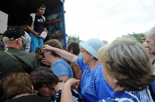 Активисты раздают продукты жителям Славянска