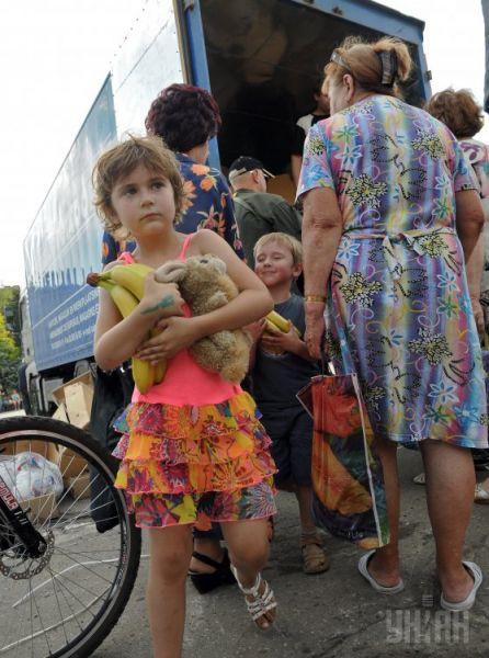 Дети несут бананы, которые только привезли из Харьковской области