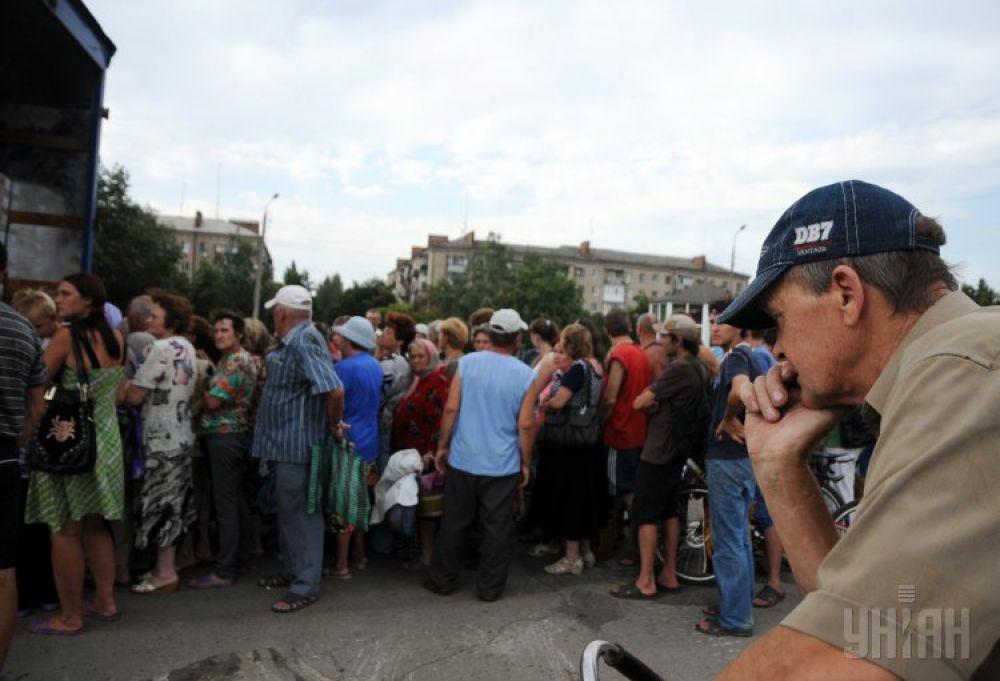 Некоторые жители Славянска приехали к гуманитарным фурам на велосипедах
