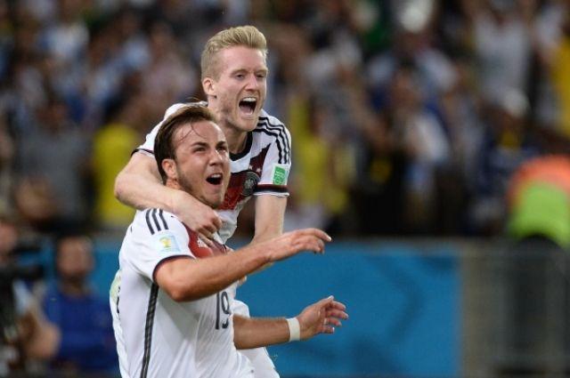 Игроки сборной Германии Марио Гетце (слева) и Андре Шюррле радуются голу в финальном матче чемпионата мира по футболу 2014 Германия - Аргентина.