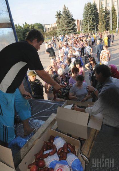 Жителям Славянска привезли ящики с колбасой и фруктами