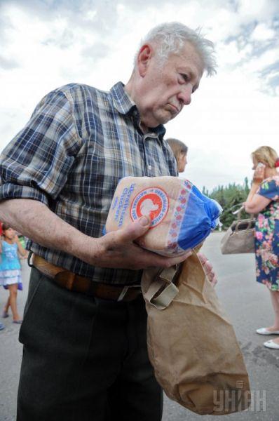 Житель Славянска только что получил свою часть гуманитарной помощи