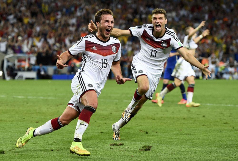 Марио Гетце и Томас Мюллер радуются голу, который забил Гетце