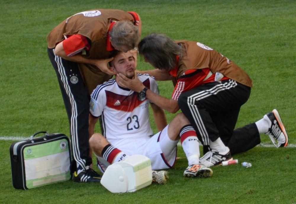 Кристоф Крамер получает травму, медики приходят на помощь футболисту