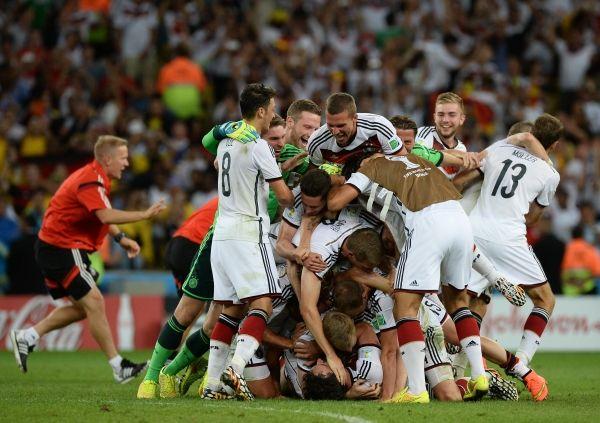 Победители – сборная Германии – радуются победе