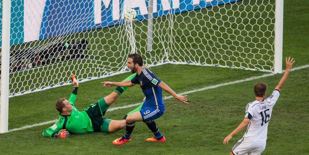 Гонсало Игуаин забивает гол в ворота Германии. Мяч забит из положения вне игры, он не был защитан.