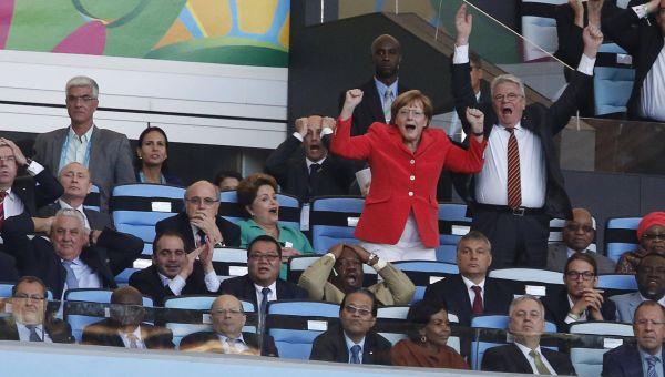 Ангела Меркель и Йоахим Гаук радуются голу, который забил Гетце