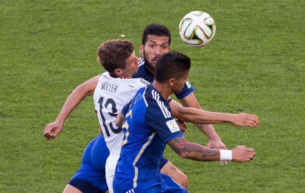 Томас Мюллер блокирован двумя аргентинскими футболистами