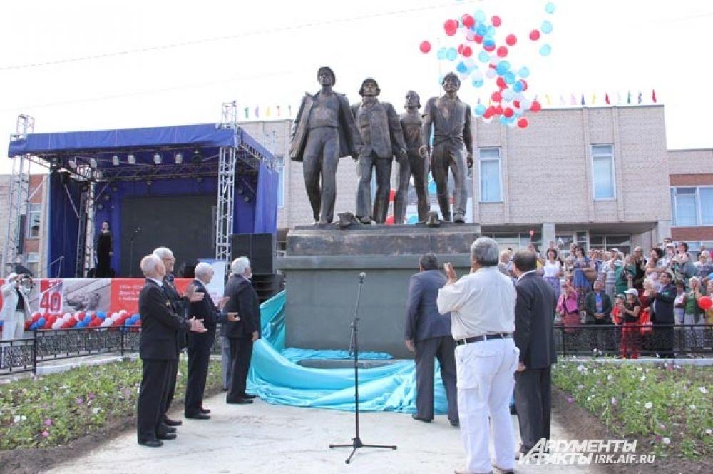 Там открыли памятник первопроходцам.