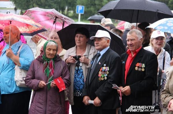 Дождь не мешал жителям посёлков и ветеранам выходить на праздничные митинги.