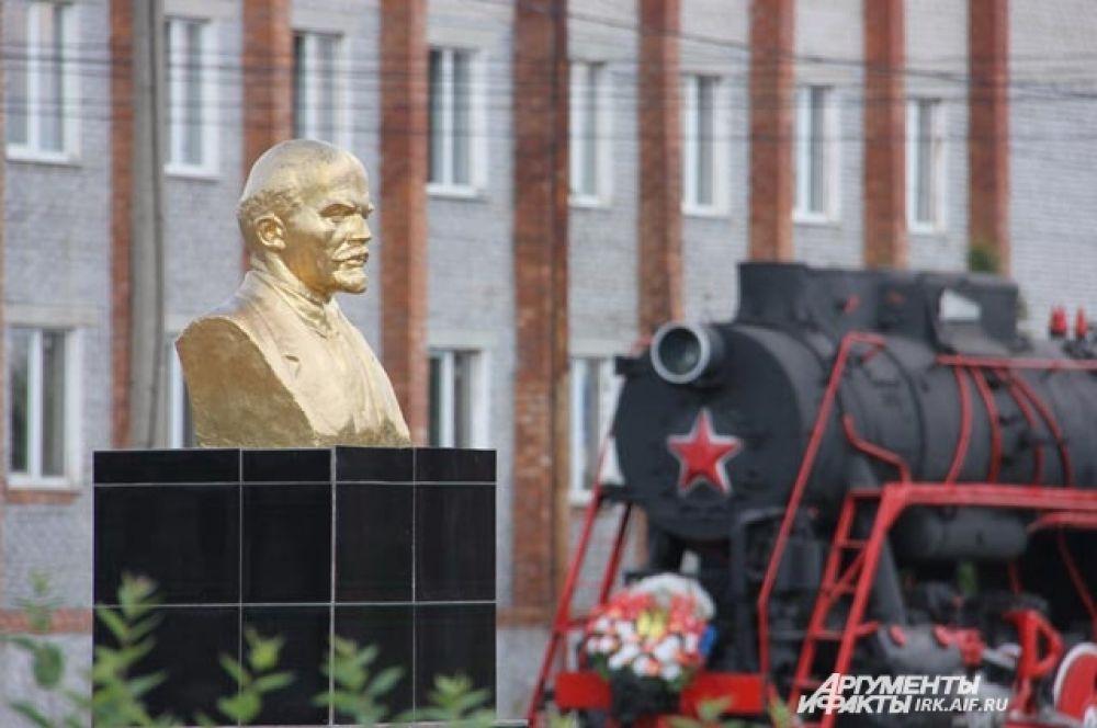 Ленин к БАМу имеет косвенное отношение, но с одобрением смотрит на пути.