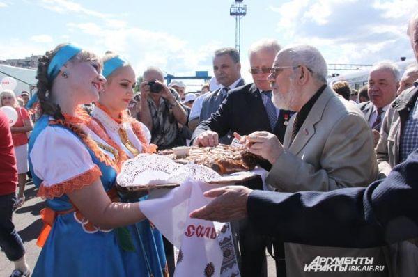 Ветеранов с праздничного поезда на каждой станции встречали по русской традиции: хлебом и солью.