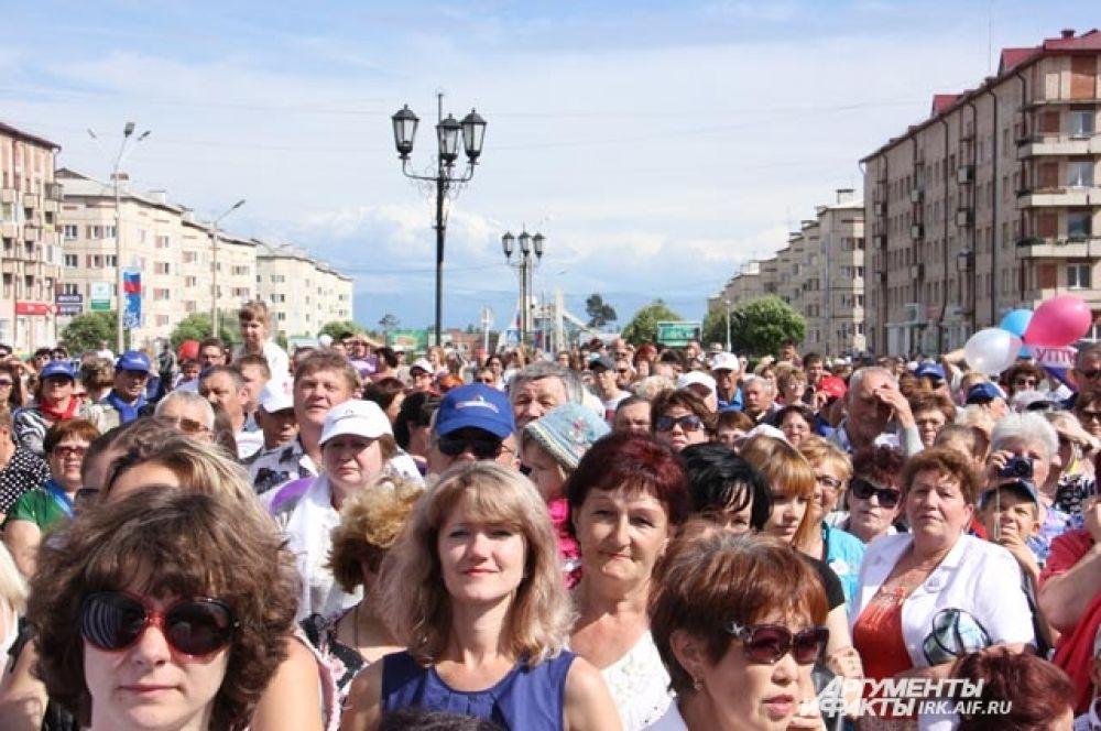 На концерт пришёл посмотреть весь город, который, кстати, строили ленинградцы. Именно поэтому там такая необычная для сибирских городов архитектура.