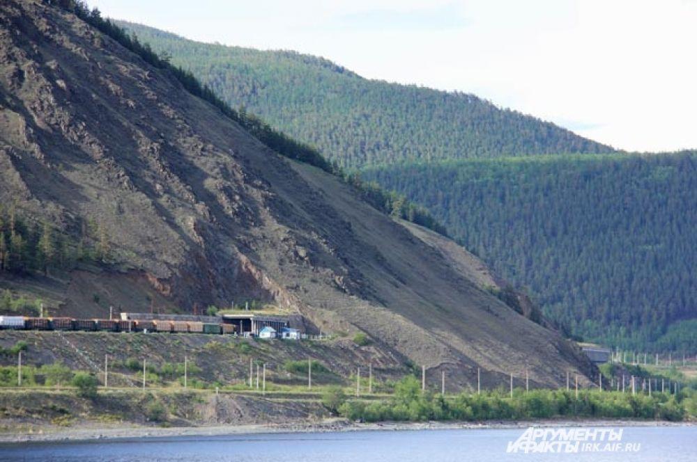БАМ тянется по самому берегу Байкала.