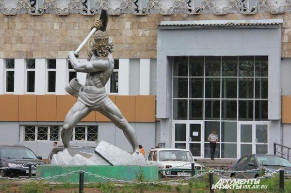 Мускулистый мужчина в Улькане, несомненно, грек, но местные жители зовут его азербайджанцем. Посёлок возводили жители этой страны.