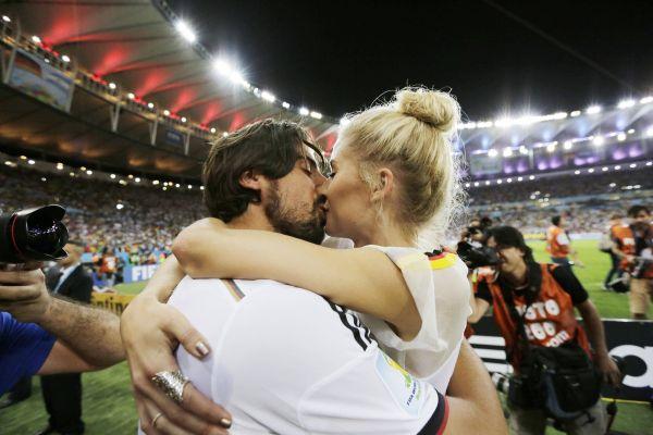 Немцы принимают поздравления с победой от любимых женщин