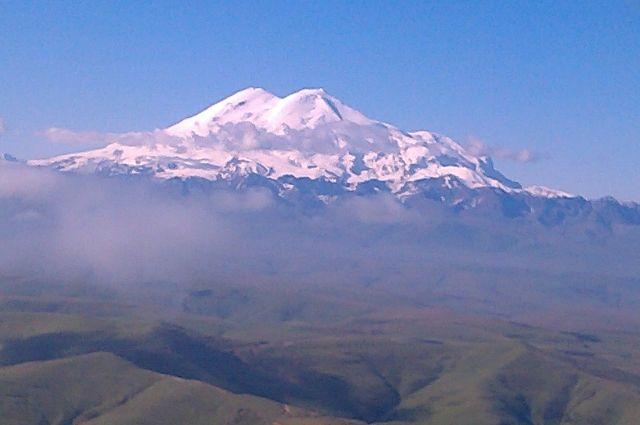 Высота Эльбруса - 5642 метра.