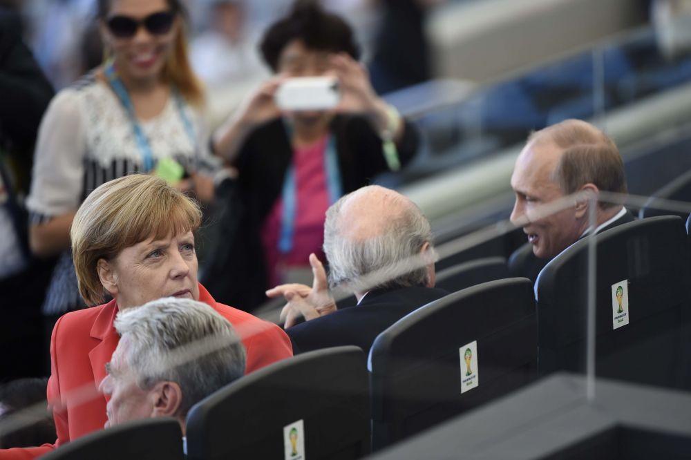 Финал ЧМ посетили политики, в числе которых канцлер Германии Ангела Меркель и президент РФ Владимир Путин