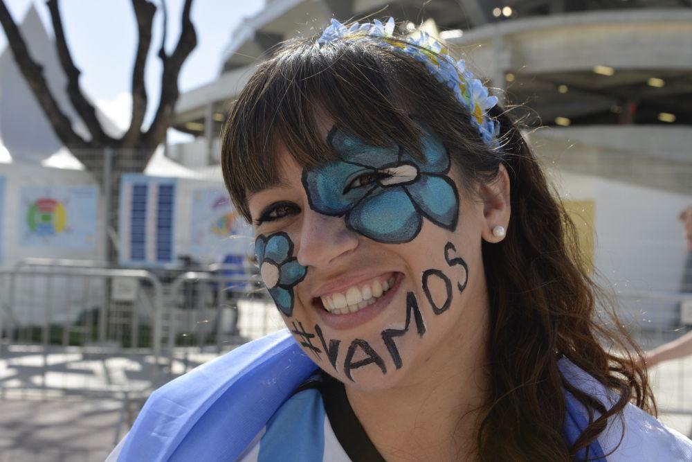 Девушка с колоритным аргентинским рисунком на лице