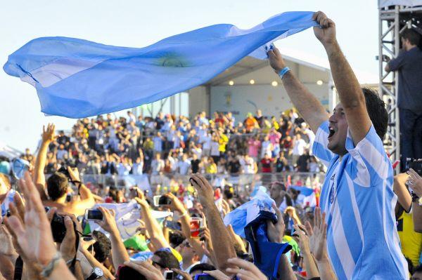Аргентинские болельщики развернули национальный флаг