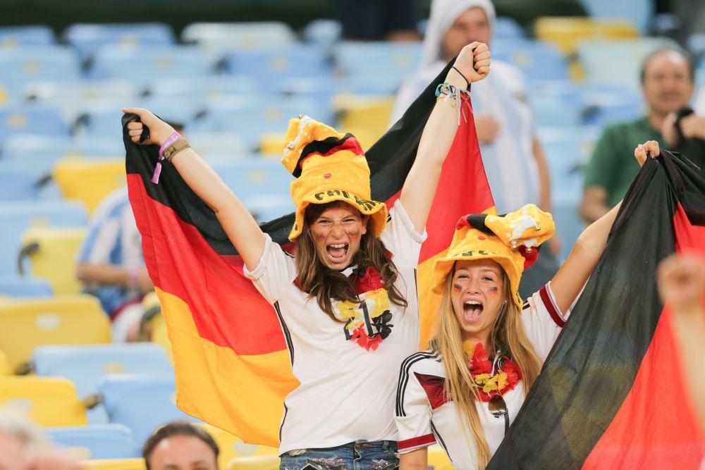 Эмоциональные немки поддерживают любимую команду