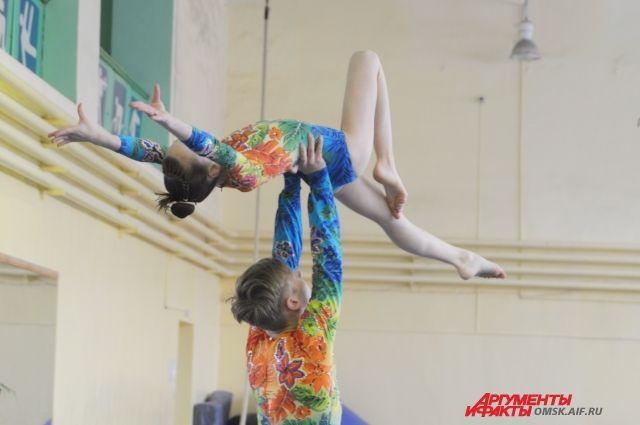 Омские акробаты успешно выступили на соревнованиях.