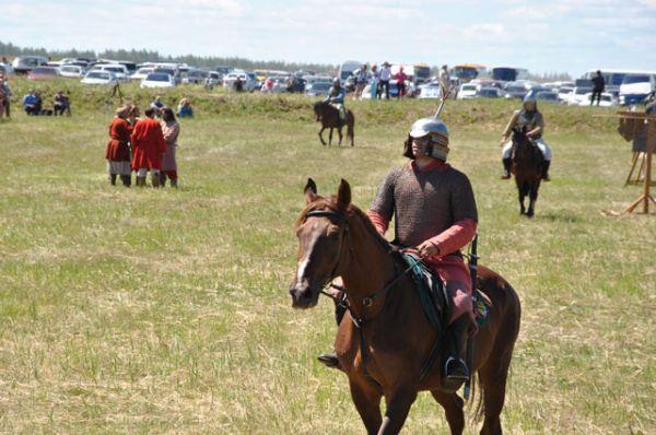 конники гарцуют перед зрителями