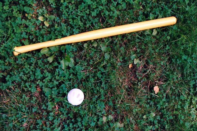 Мяч и бита для игры в бейсбол.