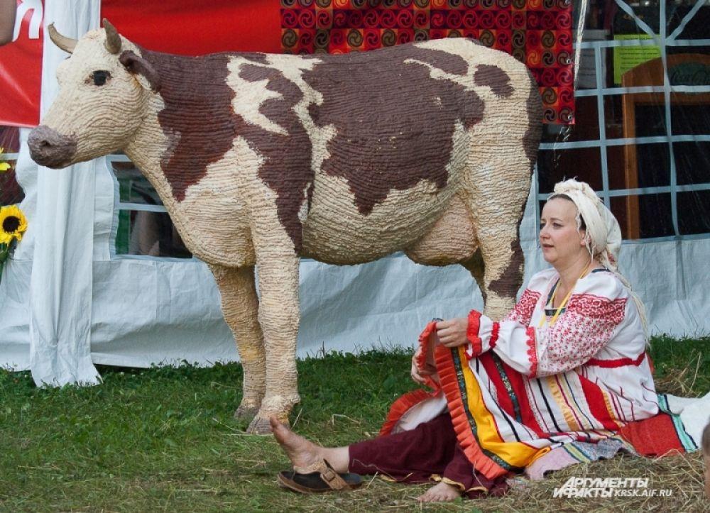 С двумя стилизованными коровами, которые расположились у входа на стадион, мог сфотографироваться любой желающий.