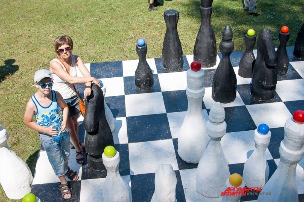 Неподалеку от малой сцены расположились огромные шахматы.