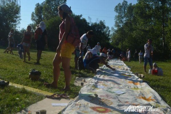 Солнечная скатерть, которую совместными усилиями разрисовали гости фестиваля.