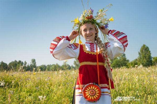 Русские девушки плели венки и пели национальные песни.